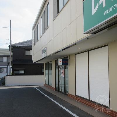 建物奥にプロミスの店舗があります。