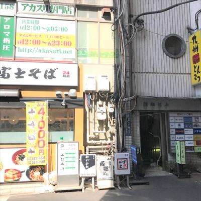 富士そばの右側にビル入口があります。