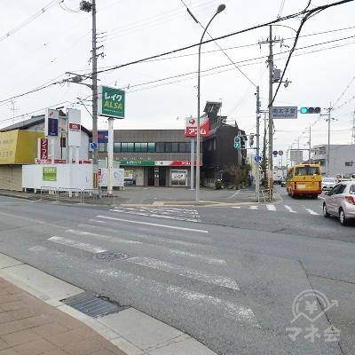 南太子堂交差点です。横断歩道を直進しレイク店舗に到着です。