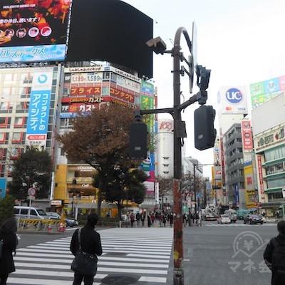 駅前のスクランブル交差点です。正面左手に渡ります。