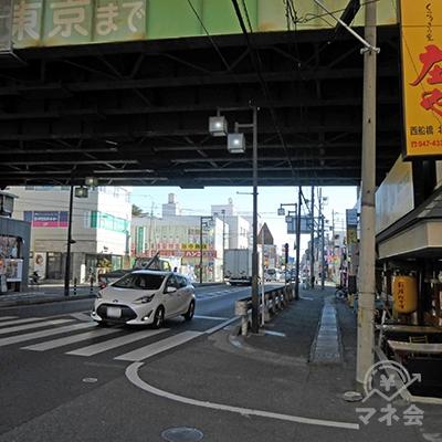 武蔵野線の高架線をくぐります。