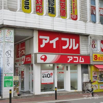 アコムの店舗入口(建物側面側)です。