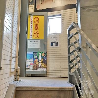 1階分の階段を上がると、左側にエレベーターがあります。右側は階段です。
