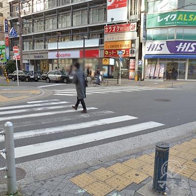 同位置から横断歩道を2つ渡って、HISのある側に渡ります。