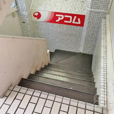 左側の階段を下りましょう。