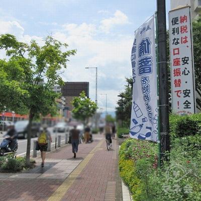 福岡市西区役所を右手に約350m直進します。