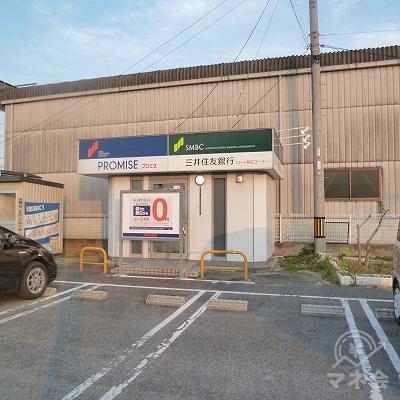 駐車場の一番奥にプロミスの独立型店舗があります。