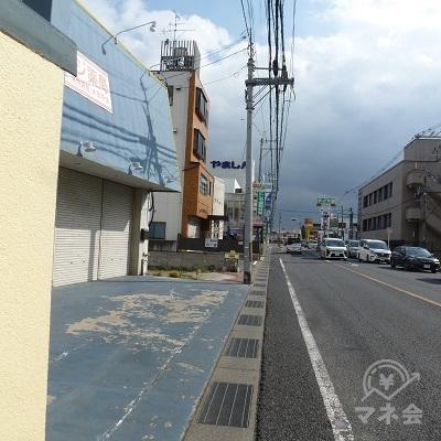県道754号(旧国道24号)沿いの歩道を進みます。