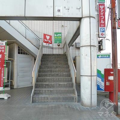 マンションの先を右折すると階段があります。