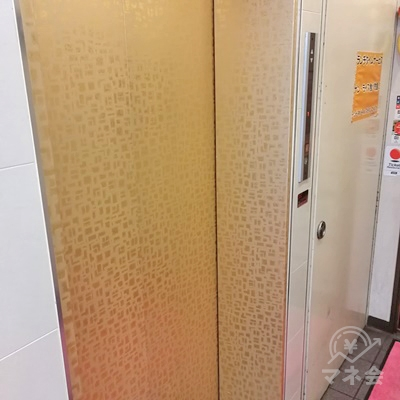 建物の中に入り真っすぐ進むと左側にエレベーターがありますので、3Fへ上がりましょう。