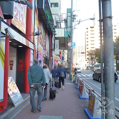 歩道を少し進むと商店街の入口があります。