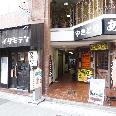 ビル入口は「かすうどん」の店の右にあります。