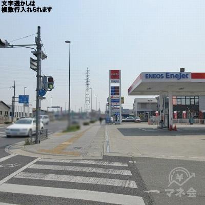 高岡駅前交差点で右に伸びる横断歩道を渡り、直進します。