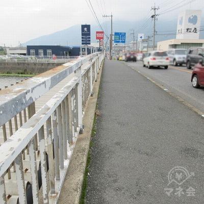 竹馬川に架かる橋を渡ります。