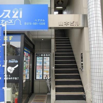 建物入口です。2階店舗へは階段で上がります。