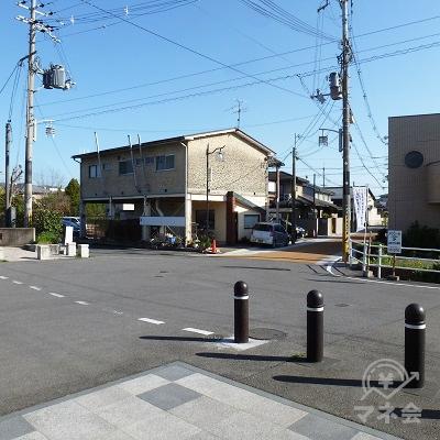 駅の外に出たら右手の黄色い舗装の道へ進みます。