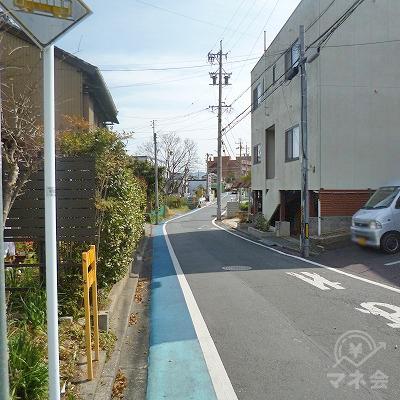 細い通りを道なりに150m進みます。