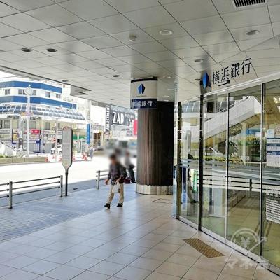 右側を歩きます。横浜銀行前のバスロータリーを歩きましょう。
