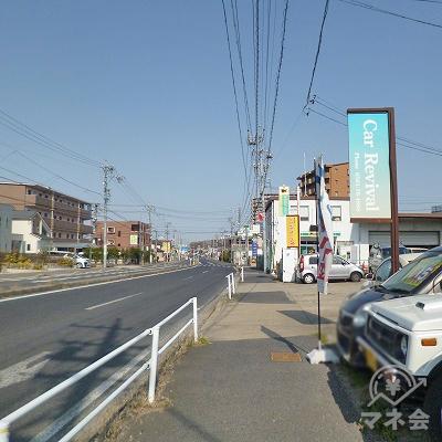 道なりに1.3kmほど歩きます。