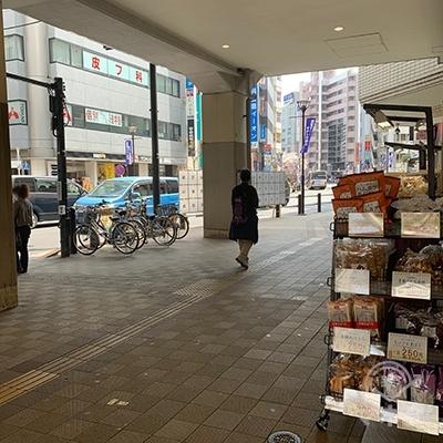 横断歩道は渡らず角にあるお茶屋さんを右へ曲がります。