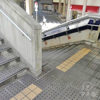 Uターンするように左側の階段を下ります。