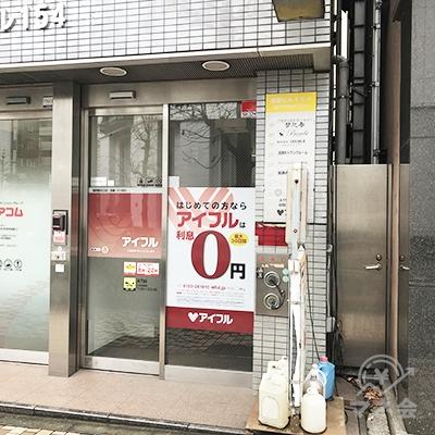 右側の入口から店舗に入ってください。