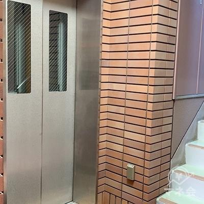 エレベーターまたは階段で2Fへ向かいましょう。