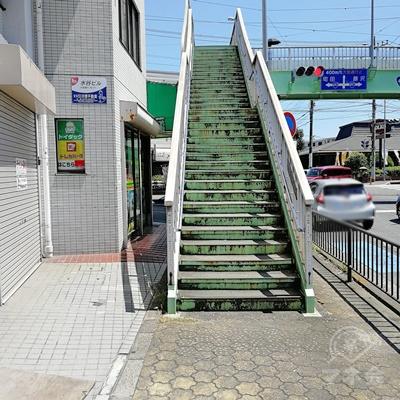 約2分ほど直進すると、深見歩道橋があります。階段を上りましょう。