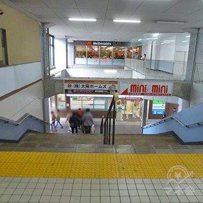 改札を出て、そのまま進んだ方向の階段で地上に下ります。