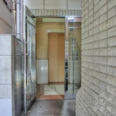 ビルに入り、奥のエレベータで2階に上がります。