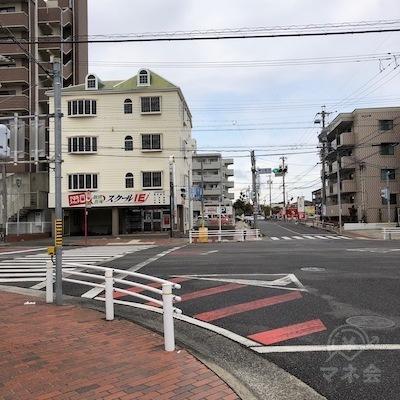 100mほど先の大通りの交差点を左折します。