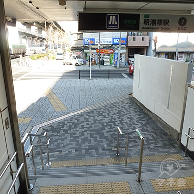 地上に出たら、目の前の交差点を右折します。