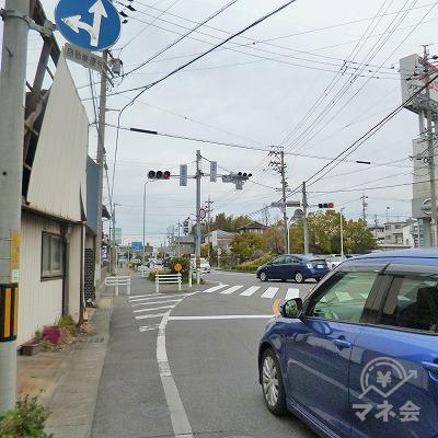 幹線道路と合流する交差点では、左斜め方向へ進みます。