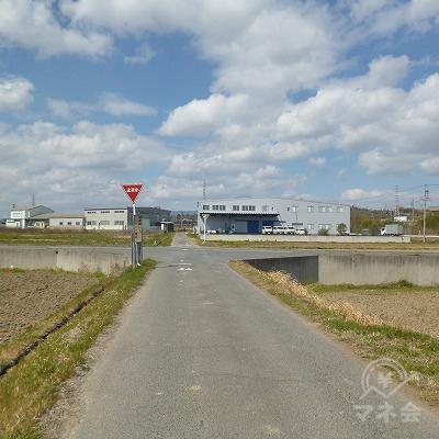 田畑の間の道を350m進み、「止まれ」のある交差点を右折します。