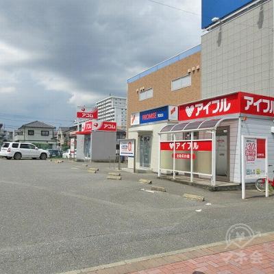 敷地に入り、右中央にプロミスの店舗があります。