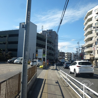 県道51号の道路左手を進みます。