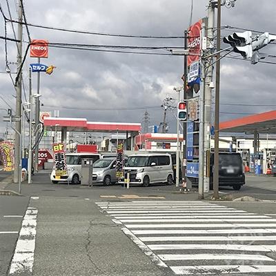 明姫幹線の高架をくぐった後、この信号を渡って左折します。
