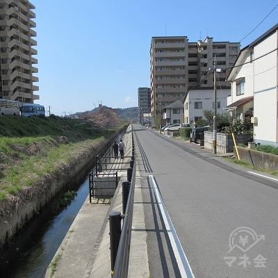 約200m直線を進みます。右側を歩くことを推奨します。
