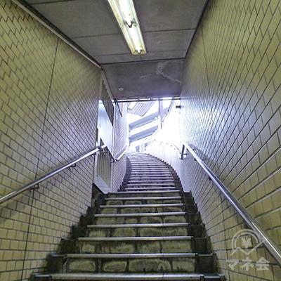 カーブした階段で地上に上がります。