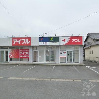 建物の一角に、他社と共に店舗があります。