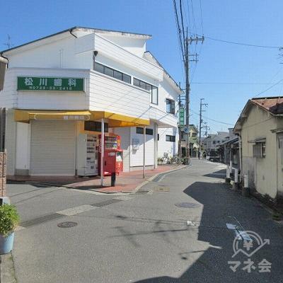 松川医院を左手に直進します。
