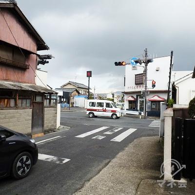 薬師寺東口交差点で県道はやや左クランクの後、引き続き直進します。