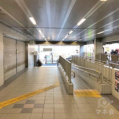 名鉄瀬戸線の大森・金城学院前駅改札を抜けたら直進します。