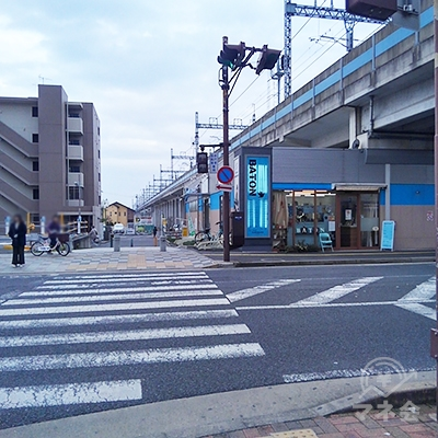 BATONの見える交差点を渡り、左に曲がります。