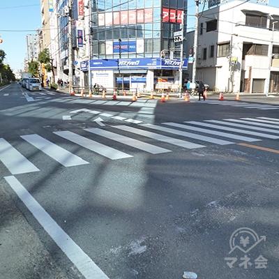 交差点は歩車分離式です。横断歩道を渡ったら、アイフルの入るビルに到着です。
