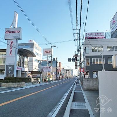 右折後、府道沿いの歩道を歩きます。狭いので注意して下さい。