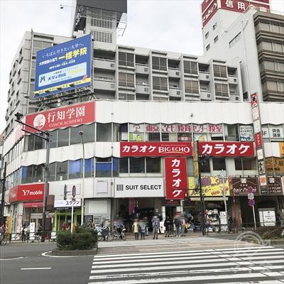 左のカラオケビッグエコー側に横断歩道で早稲田通りを渡ります。