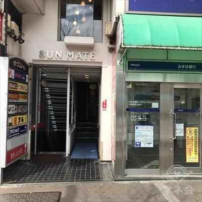 みずほ銀行の左側にビル入口があります。