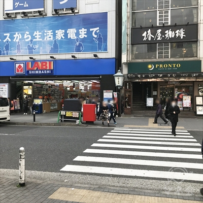 横断歩道をプロントと椿屋珈琲店側に渡ります。