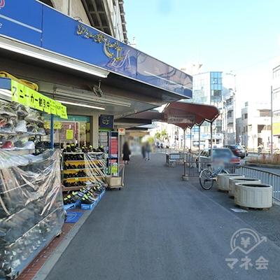 左手に商店、右手にタクシー乗り場を見ながら歩道を進みます。